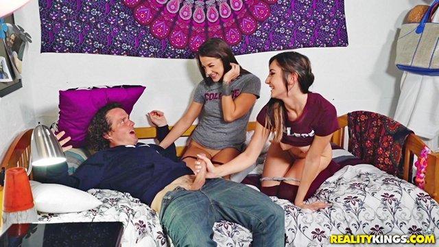 Гиг Порно Парень узнает, что его подруга бисексуалка и теперь у него две девушки в постели HD Бритые Киски Брюнетки Жесткий Секс Красотки Минет Молодые Секс Втроем гигпорно видео