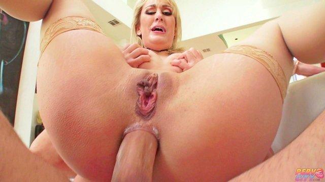 Гиг Порно Зрелая тетка любит жесткий трах в жопу и глубокий анальный камшот, когда сперма вытекает наружу гигпорно видео